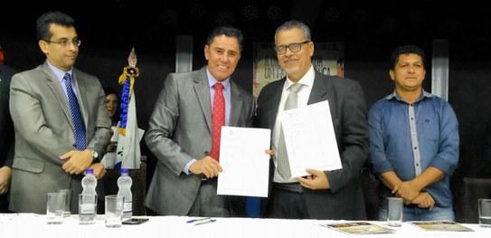Presidente do TRE-BA, desembargador Rotondano, e prefeito de Jacobina, Luciano Pinheiro, durante assinatura de convênio para recadastramento biométrico de eleitores