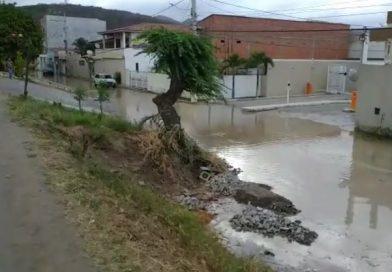 Vazamento em tubulação da Embasa deixa rua alagada em Jacobina